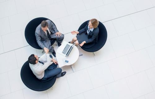 Mediation Notar Anwaltsbüro Berlin, Menschen sitzen an einem Tisch